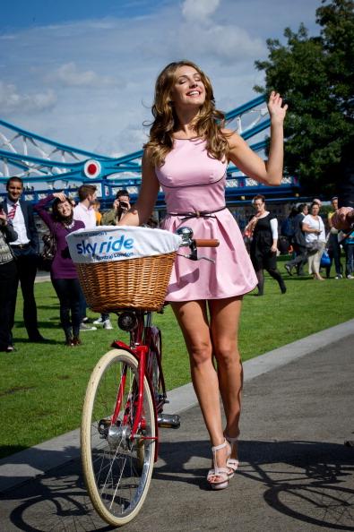 Фоторепортаж о велосипедной прогулке Келли Брук с мэром Лондона Борисом Джонсоном. Фото: Ian Gavan/Getty Images