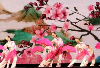 Как цветок сливы напоминает людям о возрождении жизни весной, так же Shen Yun Performing Arts дает надежду на возрождение китайской культуры. (Shen Yun Performing Arts).