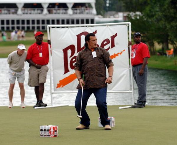 Стивен Сигал участвует в гольф турнире. Фото: Joe Murphy/US PGA TOUR /Getty Images