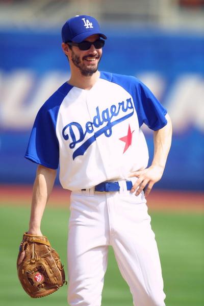 Киану Ривз на стадионе Доджерс готовится к 43 ежегодной игре в бейсбол всех голливудских звезд в Лос-Анджелесе, Калифорния. Фото Scott Halleran/Allport/Getty Image