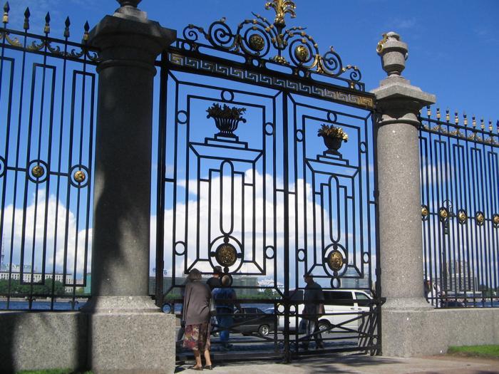 Летний сад…, где лучшая в мире стоит из оград. Фото: Татьяна ПЕТРОВА/Великая Эпоха (The Epoch Times)
