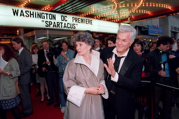Тони Кертис (Tony Curtis) с актрисой Джин Симонс. Фото: JEROME DELAY/AFP/Getty Images