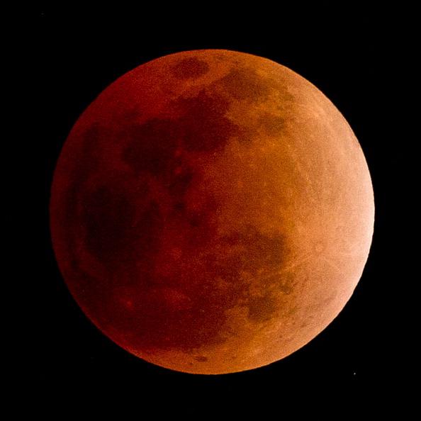 Последнее полное лунное затмение в этом году. Фото: Getty Images