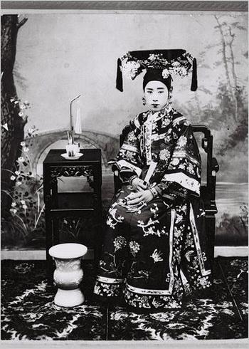 Маньчжурские женщины известны своими впечатляющими прическами, а также длинными свободными вышитыми халатами. Фото с сайта theepochtimes.com