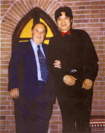 Карло Бергонци (слева), один из самых почитаемых итальянских оперных теноров в мире, с Юань Цюем, его учеником. Фото предоставлено Юань Цюем