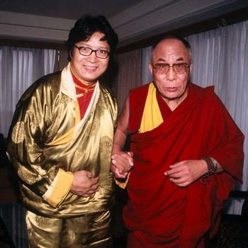 Юань Цюя часто приглашают петь на больших концертах в поддержку Тибета. На фото он стоит с Далай-ламой, 13 сентября 2003 года, когда он был приглашен петь на межконфессиональной службе Далай-ламы в Национальном кафедральном соборе в Вашингтоне, округ Колумбия. Фото: Паулы Уилсон