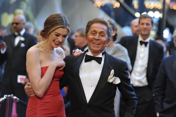 83-я церемония вручения призов Киноакадемии США «Оскар». Валентино и Энн Хэтэуэй. Фото: John Shearer/Getty Images