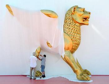 Рабочие устанавливают «Золотого льва» у входа во Дворец Кино. Фото: ALBERTO PIZZOLI/AFP/Getty Images