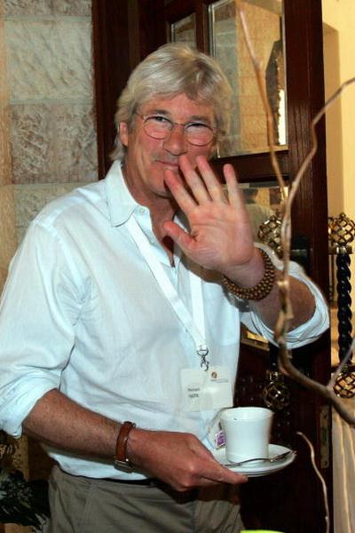 Голливудский актер Ричард Гир перед посещением конференции Нобелевских лауреатов в древнем городе Петра, 230 км южнее Аммана. Всего 36 мировых светил в области экономики, медицины, физики и литературы посетили конференцию, которая проходила 18-19 мая 2005 года. Фото: RABIH MOGHRABI/AFP/Getty Images