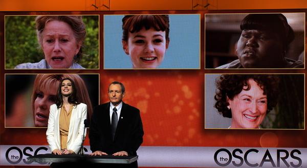 Актриса Энн Хэтэуэей и Президент Академии киноискусства Том Шерак называют номинантов на премию «Оскар». Фото: GABRIEL BOUYS/AFP/Getty Images
