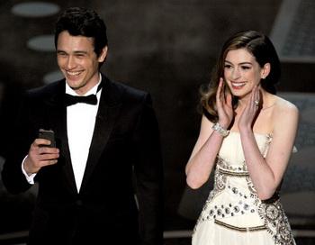 Ведущие ночи «Оскаров» Энн Хэтэуэй и Джеймс Франко. Фото: Kevin Winter/Getty Images