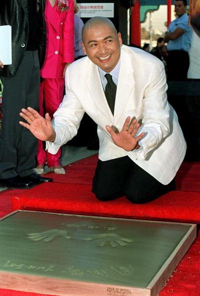 Фоторепортаж. Актер Юнь-Фат Чоу оставляет отпечатки рук в районе Чайнатаун в Лос-Анджелесе. Фото: Vince Bucci/AFP/Getty Images