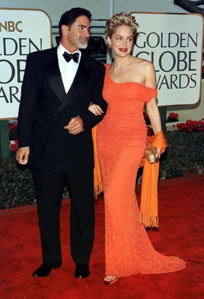 Актриса Шэрон Стоун с супругом Филом Бронштейном на 56 ежегодной церемонии присуждения «Золотого глобуса» в Беверли-Хиллз, Калифорния. Фото: Vince Bucci/AFP/Getty Images
