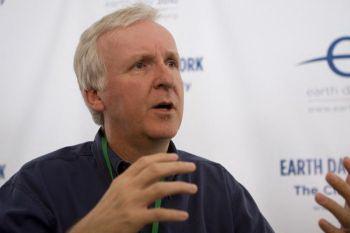 Джеймс Кэмерон, режиссер двух величайших картин всех времен «Аватар» и «Титаник», обсуждал с представителями СМИ проблемы окружающей среды на митинге «Климат» на Дне Земли 2010 в Вашингтоне. Фото: Lisa Fan/The Epoch Times