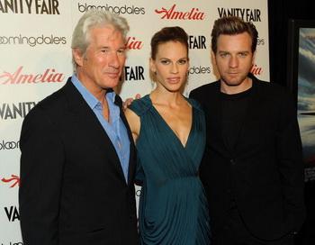 Актеры (слева) Ричард Гир, Хилари Суэнк и Юэн МакГрегор на премьере фильма «Амелия» в Нью-Йорке. Фото: Stephen Lovekin/Getty Images