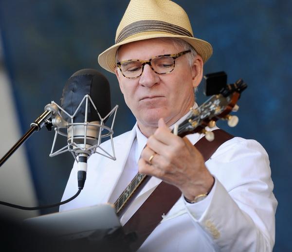 Стив Мартин выступает на фестивале джазовой музыки в Новом Орлеане, Луизиана. Фото: Rick Diamond/Getty Images