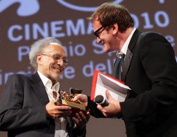 Квентин Тарантино вручает специальный приз Венецианского кинофестиваля режиссеру Монте Хеллману. Фото: Franco Origlia/Getty Imag
