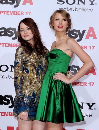 Эмма Стоун и певица Тейлор Свифт на премьере фильма «Отличница легкого поведения» в Лос-Анджелесе. Калифорния. Фото: Kevin Winter/Getty Images