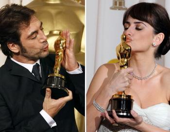 Хавьер Бардем и Пенелопа Крус радуются своим «Оскарам». Фото: MARK RALSTON/AFP/Getty Images