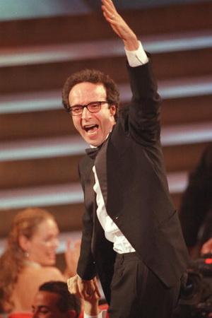 Режиссер Роберто Бениньи на церемонии вручения призов Киноакадемии США «Оскар» в 1999. Фото: TIMOTHY A. CLARY/AFP/Getty Images