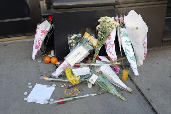 Мемориал актеру Хиту Леджеру снаружи здания, где находилась его квартира на Брум Стрит в районе Сохо, Нью-Йорк. Фото: Scott Gries/Getty Images