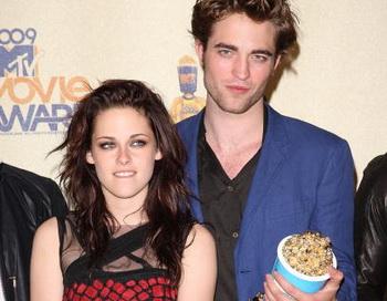 18 ежегодная церемония вручения наград MTV Movie Awards в Калифорнии в 2009. Актеры Кристен Стюарт и Роберт Паттинсон представляли картину «Сумерки», завоевавшую награды в 4 категориях. Фото:  Jason Merritt/Getty Images