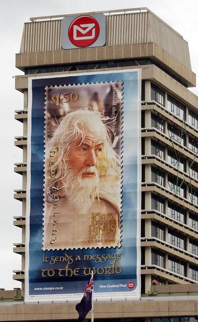 Гигантская реклама с актером Иэном МакКелланом в роли Гэндальфа на здании почты в Новой Зеландии. Фото: Ross Setford/Getty Images