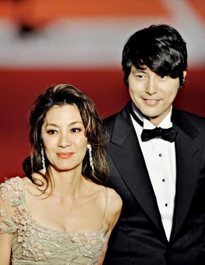 Малазийская актриса Мишель Йео и южно-корейский актер Ву-Сунг Юнг. Фото:  PHILIPPE LOPEZ/AFP/Getty Images