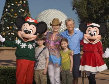 Кэтрин Зета-Джонс и Майкл Дуглас с детьми – 10-летним Диланом и 7-летней Кэрис во Флориде. 24 ноября 2010 года. Фото: Kent Phillips/Walt Disney World via Getty Images