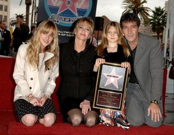Антонио Бандерас и Мелани Гриффит  с дочерьми Стеллой и Дакотой на церемонии вручения ему звезды на голливудской Алее Славы в 2008 году. Фото: Stephen Shugerman/Getty Images