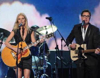 Гвинет Пэлтроу и Винс Гилл исполнили песню из кинофильма «Любовь меня не предаст» в Нэшвилле, штат Теннеси. Фото: Rick Diamond/Getty Images
