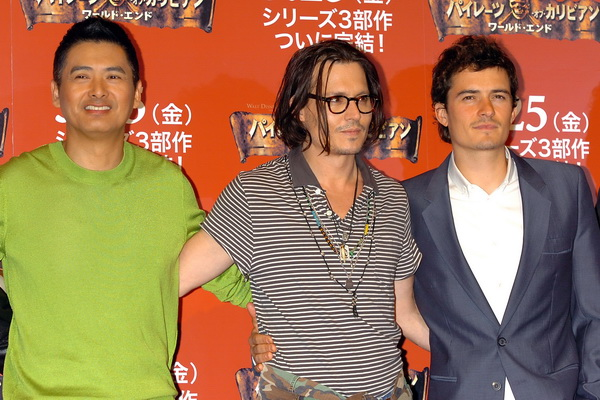 Актеры Юнь-Фат Чоу, Джонни Депп и Орландо Блум на фотосессии фильма «Пираты Карибского моря» в Токио, Япония. Фото: Getty Images
