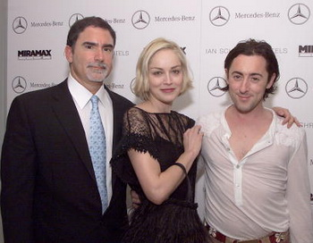 Фил Бронштейн, Шарон Стоун и Алан Камминг на пред-Оскарной вечеринки киностудии «Miramax» Kevin Winter/Getty Images