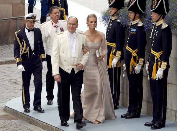 Принц Монако Альберт II со своей невестой Шарлин Уитсток посетили церемонию венчания кронпринцессы Швеции Виктории и Дэниэля Уэстлинга в Стокгольме 19 июня 2010 года. Фото: DANIEL SANNUM LAUTEN/AFP/Getty Images