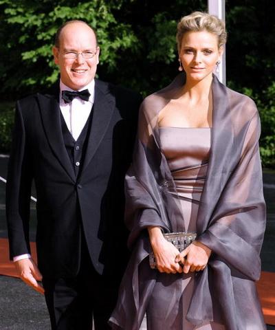 Принц Монако Альберт II со своей невестой Шарлин Уитсток посетили церемонию венчания кронпринцессы Швеции Виктории и Дэниэля Уэстлинга в Стокгольме 19 июня 2010 года. Фото: ATTILA KISBENEDEK/AFP/Getty Images