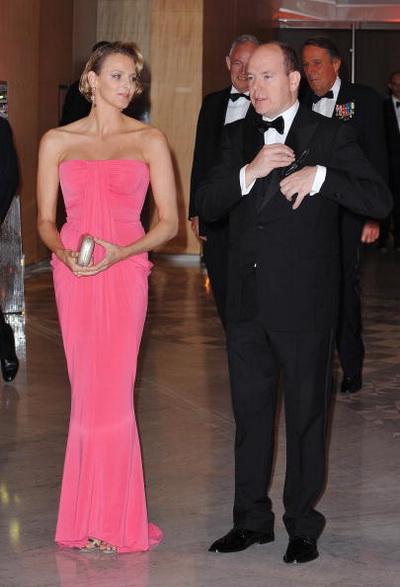 Принц Монако Альберт II со своей невестой Шарлин Уитсток посетили ужин в честь завершения Гран При Формула Один в Монте-Карло в мае 2010 года. Фото: Francois Durand/Getty Images