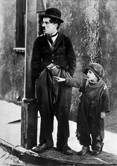 Чарльз Спенсер Чаплин (1889-1977), играет роль