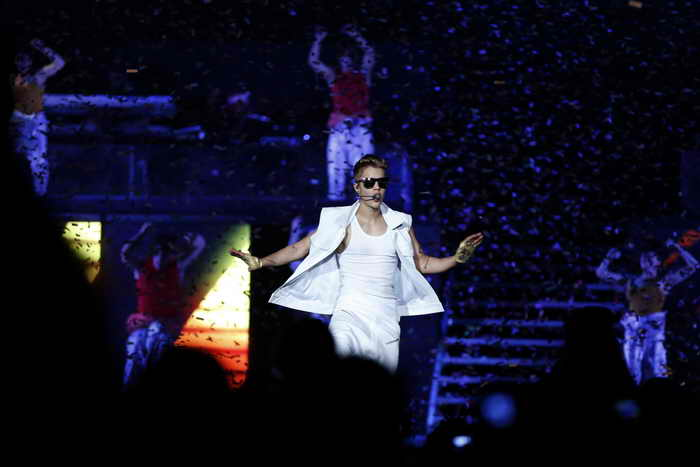 Неизвестный напал на канадского певца Джастина Бибера во время концерта в Дубае. Фото: KARIM SAHIB/AFP/Getty Images