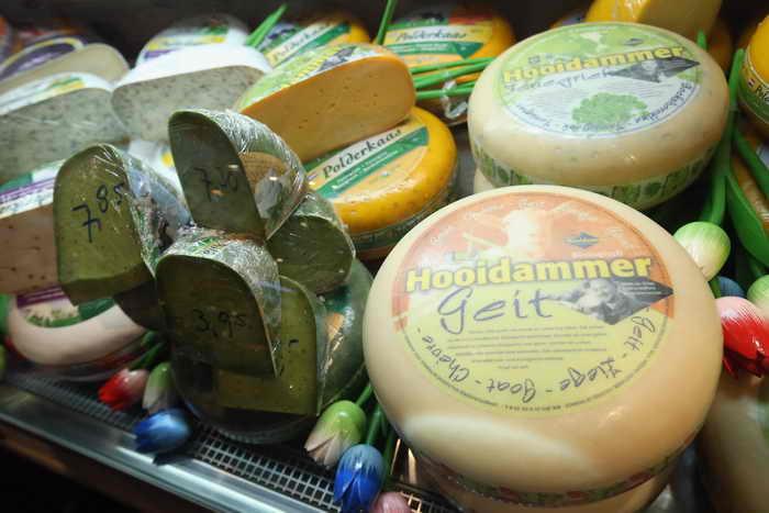 Американские учёные обнаружили, что сыр имеет свойство нейтрализовывать кислую среду в полости рта и восстанавливать кислотно-щелочной баланс. Фото: Sean Gallup/Getty Images