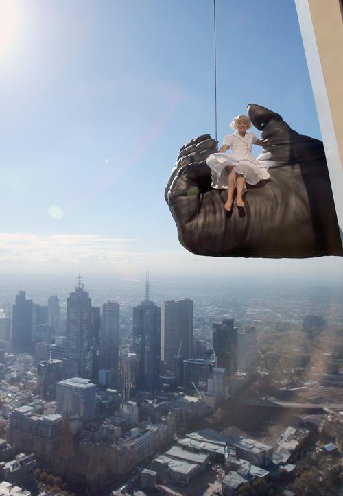 Девушка попала в лапу Кинг-Конга на высоте 300 метров в Мельбурне. Фото:  Scott Barbour/Getty Images
