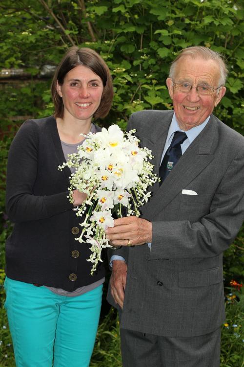 Лотти Лонгмен и её отец Давид лонгмен, потомственный флористы, держат букет цветов, котроый 60 лет спустя возьмёт в руки королева Елизавета II в день 60-летия со дня её коронации. Фото: WPA Pool/Getty Images