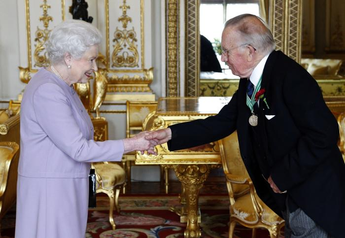 Королева Елизавета II благодарит Давида Лонгмена во время вручения букета. Фото: Jonathan Brady - WPA Pool/Getty Images