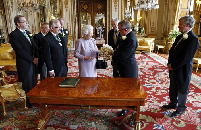 Елизавета II приняла букет, воссозданный к 60-летнему юбилею коронации. Фото: Jonathan Brady - WPA Pool/Getty Images