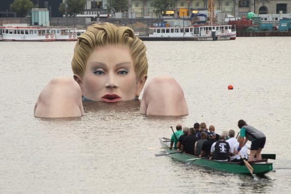 Фоторепортаж  о гигантской скульптуре Купальщицы в Гамбурге. Фото: Sean Gallup/Getty Images