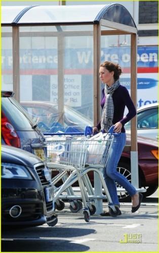 Герцогиня Кембриджская Кэтрин ездит в супермаркет за продуктами. Фото с ntdtv.com