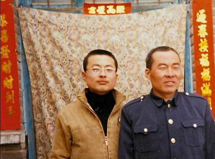 Ли Ланькуй (справа) с сыном. Ли в настоящее время содержится в центре «промывания мозгов». Его арестовали во время «чисток» после визита губернатора Айовы Терри Бранштада в провинцию Хэбэй. Фото с сайта minghui.org