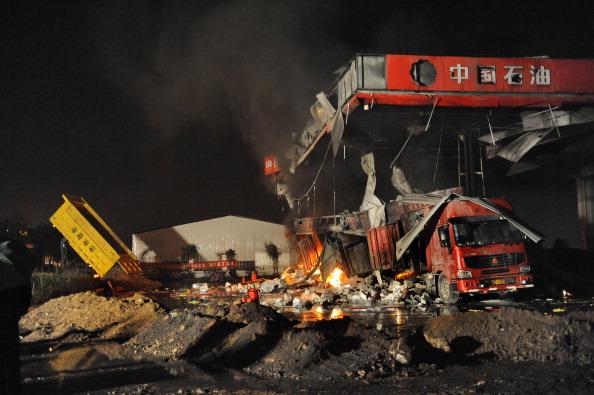 На месте взрыва пожарные пытаются локализовать огонь с использованием песка. Фото: ChinaFotoPress/Getty Images