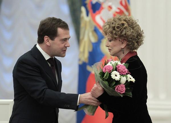 Дмитрий Медведев  вручает  актрисе и певице Людмиле Гурченко  цветы и орден  «За заслуги перед Отечеством» II степени. Фото: ALEXANDER NATRUSKIN/AFP/Getty Images