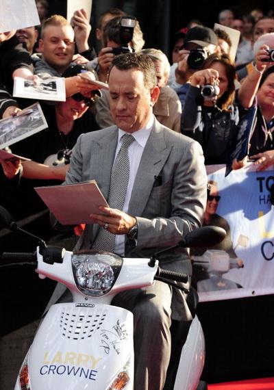 «Ларри Краун». Том Хэнкс раздает автографы в Берлине, Германия. Фото: JOHN MACDOUGALL/AFP/Getty Images