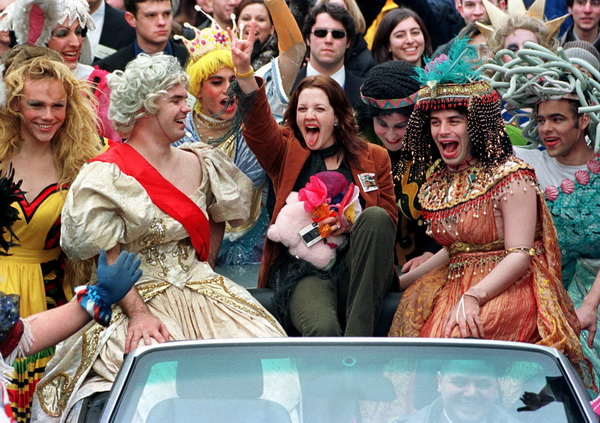 Дрю Бэрримор отмечает присуждение ей звания «Женщина года». 2001 год. Фото: JOHN MOTTERN/AFP/Getty Images